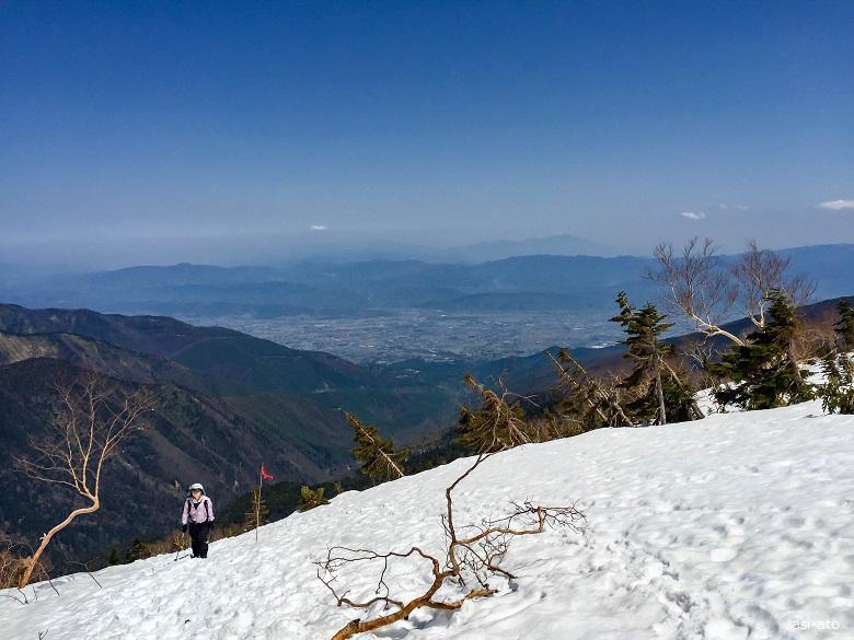 残雪の蝶ヶ岳へ至る道